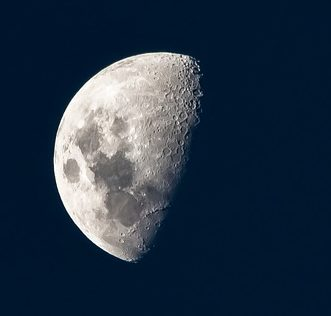 Moon - a perfect subject for observation with binoculars